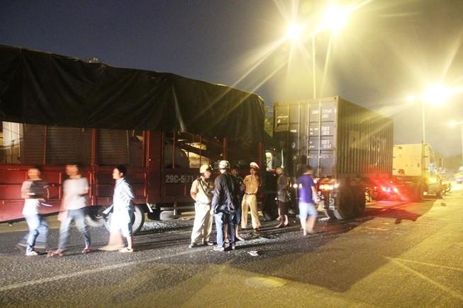Clip hiện trường vụ tai nạn nghiêm trọng ở cầu vượt An Sương