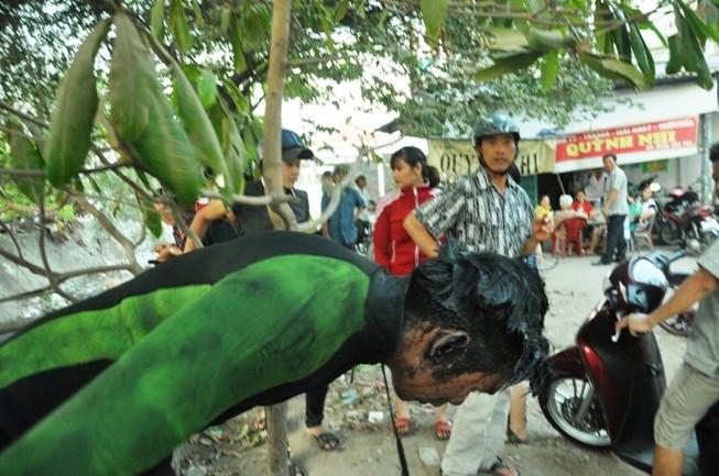 Người nhái lặn kênh ở Sài Gòn tìm két sắt