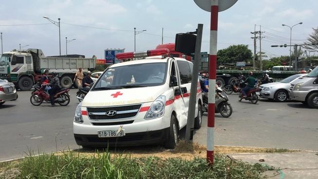 Xe ben húc văng xe cấp cứu đang chở bé trai 6 tuổi