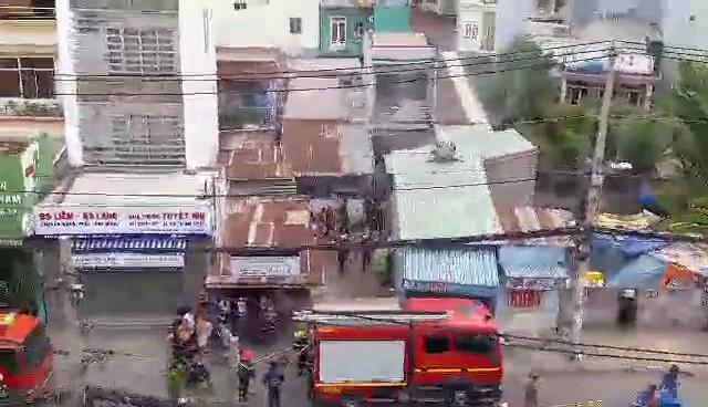 Tai nạn hi hữu, xe máy đổ vào bếp ga mini phát hỏa