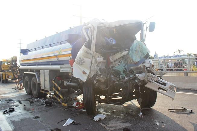 Xe bồn tông vào đuôi container, phụ xe chết thảm