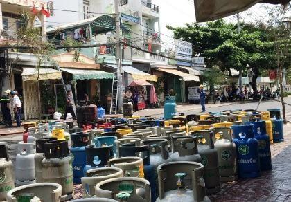 Thanh niên nghi ngáo đá lao vào cửa hàng gas, châm lửa tự sát