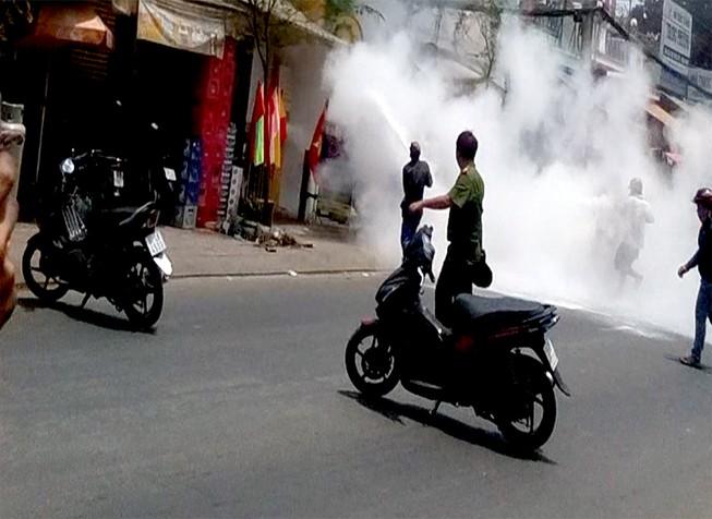 Clip: Nam thanh niên 'ngáo đá' đốt cửa hàng ga ở Sài Gòn