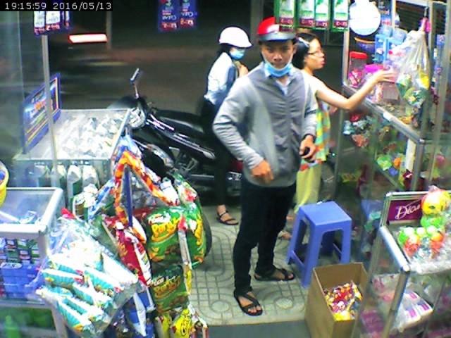 Clip: Giả khách mua kẹo cao su để trộm xe SH