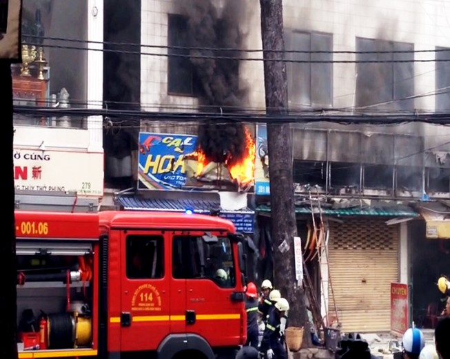 Dãy cửa hàng ở cư xá năm tầng phát hỏa, dân hoảng loạn tháo chạy