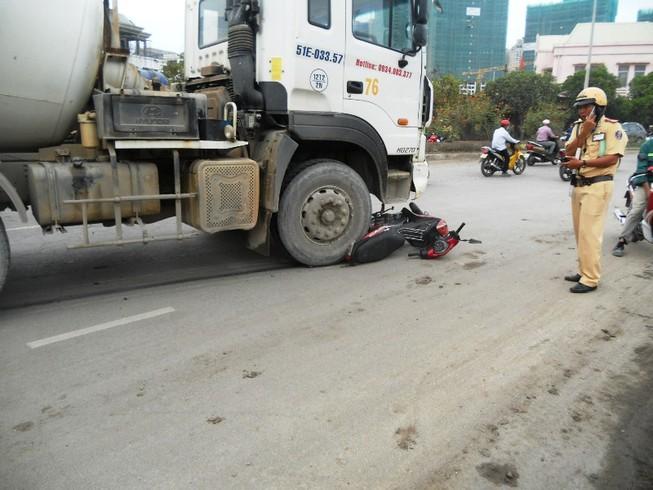 Nữ công nhân bị xe bồn kéo lê hàng chục mét khi đi làm