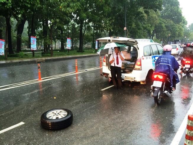 Xe taxi rớt bánh khi chở 7 hành khách đến sân bay Tân Sơn Nhất