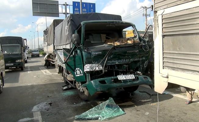 Tài xế xe tải mắc kẹt, kêu cứu trong cabin sau va chạm liên hoàn