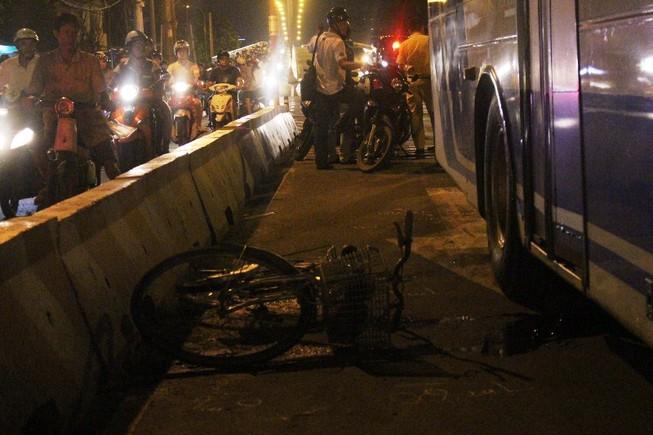 Nam thanh niên bị xe buýt cán trong làn đường ô tô