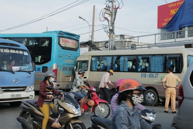 Xe khách va chạm liên hoàn, gần trăm hành khách kêu cứu