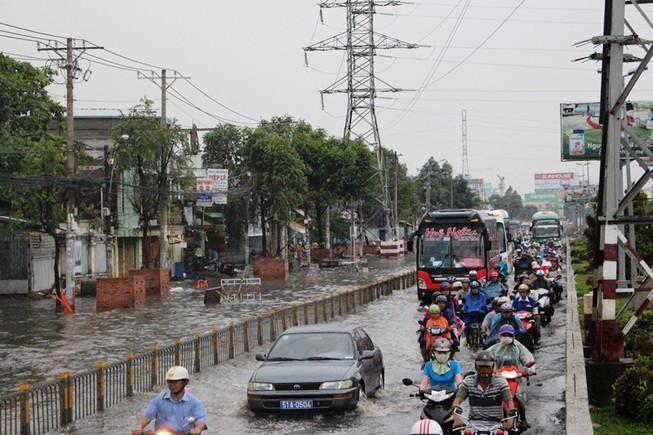 Đường Kinh Dương Vương thành sông sau cơn mưa ngắn