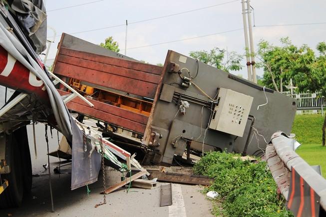 Máy chấn sắt hơn chục tấn rơi từ thùng xe tải xuống đường