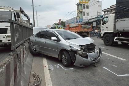 Tài xế may mắn thoát nạn trong xế hộp bị container húc