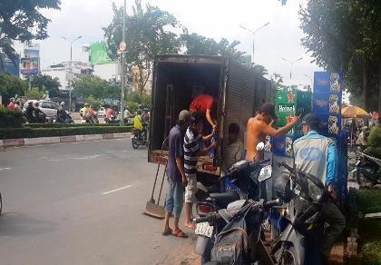 Xe tải lật nhào, hàng chục thùng bia rơi xuống đường Điện Biên Phủ