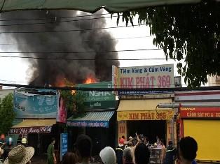 Nhà cháy trong cơn mưa lớn nhưng việc dập lửa bất thành