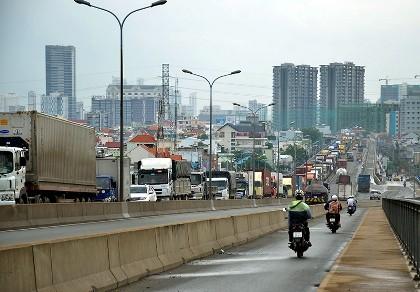 Cầu Phú Mỹ kẹt cứng vì xe container va chạm 'xế hộp'