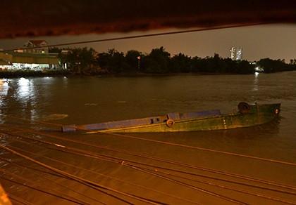 Xà lan tông cầu Rạch Đỉa ở quận 7 rồi chìm nghỉm
