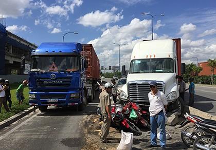 Xe container húc văng ô tô và 4 xe máy trên xa lộ