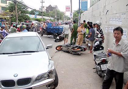 BMW tông xe ba gác gây tai nạn liên hoàn, 2 xe máy vạ lây