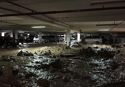 Tường hầm chung cư vỡ, hàng trăm tấn bùn tràn vào nhà xe