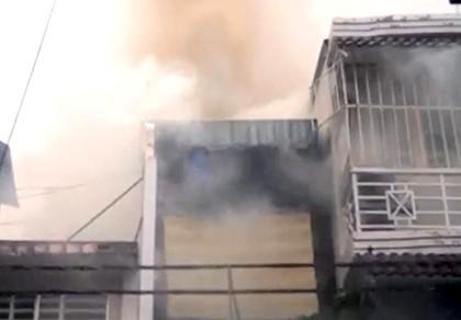 Bố bồng con trai chạy thoát khỏi đám cháy ở trung tâm TP