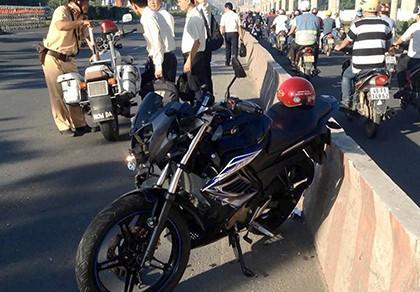 Chạy mô tô vào đường cấm, nam thanh niên tông ô tô