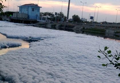 Bọt như tuyết trôi đầy sông, bay khắp nơi trên kênh Tàu Hủ