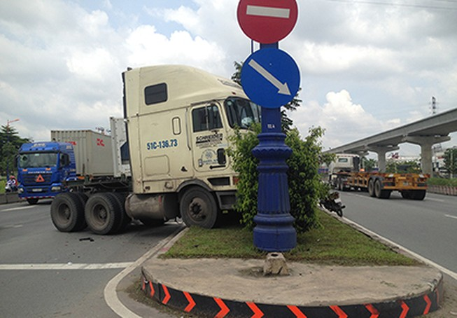 Xe container tông cột đèn, xa lộ Hà Nội ùn ứ