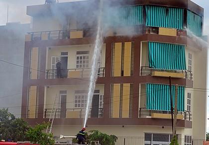 Người đàn ông nghi trộm trèo rào chạy khỏi căn nhà đang cháy