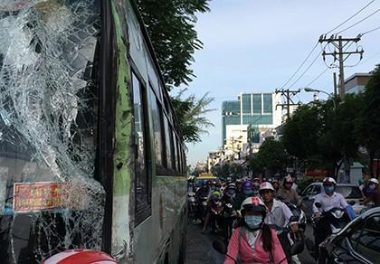 Xe bồn chở xăng đâm xe buýt, hàng chục hành khách hoảng loạn