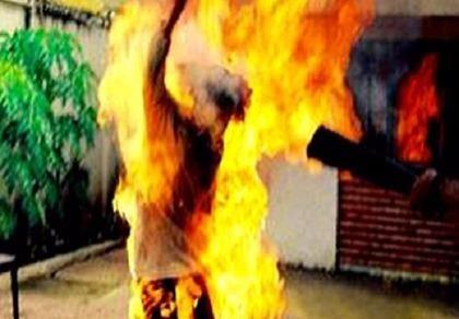 Truy nã thanh niên tạt xăng đốt cha mẹ vợ