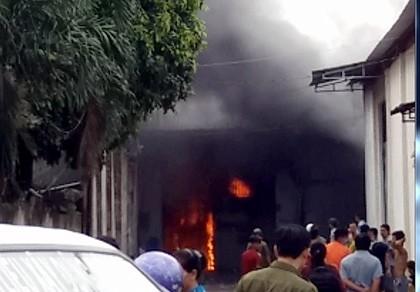 Cháy lớn tại công ty dệt ven TP.HCM