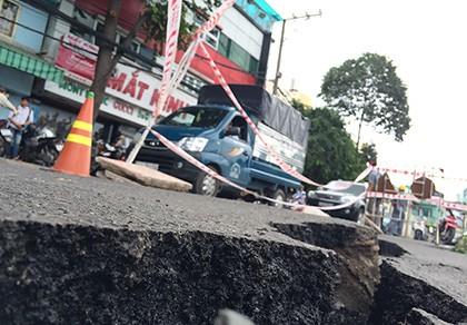 Cấm đường, tìm nguyên nhân vụ sụt lún ven kênh Nhiêu Lộc - Thị Nghè