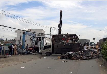 Xe tải chở phế liệu lật chắn ngang quốc lộ 1A