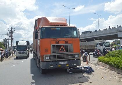 Bị xe container kéo lê, người đàn ông chết thảm ở ngã tư An Sương