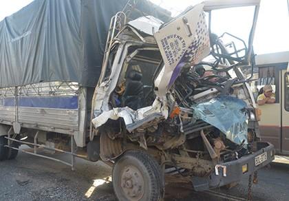 Cạy cửa cứu phụ xe và tài xế sau tai nạn liên hoàn