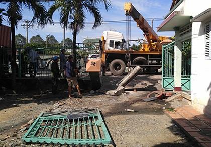 Container lao thẳng vào nhà dân,1 phụ nữ thoát chết gang tấc