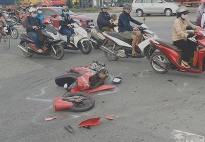 Xe máy tông 'xế hộp', nam thanh niên nguy kịch