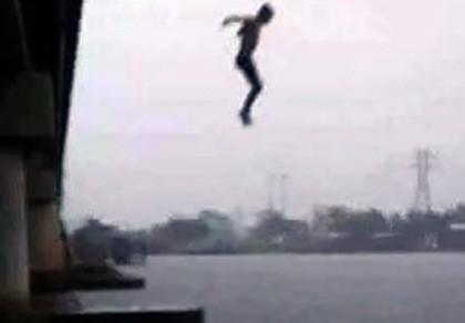 Bỏ lại dép và thẻ bảo hiểm, thanh niên nhảy cầu tự tử