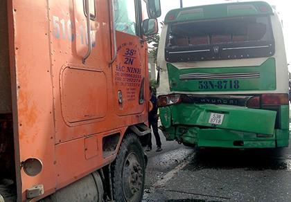 Xe buýt bị xe container tông, hàng chục người la hét, hoảng loạn
