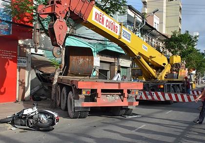Xe container cuốn người vào gầm, húc sập nhà dân gần trung tâm TP