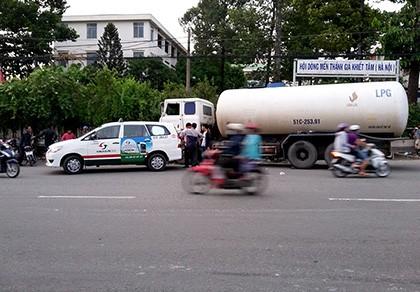 Hàng chục người chờ xe buýt tháo chạy vì xe bồn chở xăng húc taxi