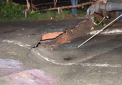 Mố cầu Tân Kỳ Tân Quý bị sụt lún sau mưa lớn