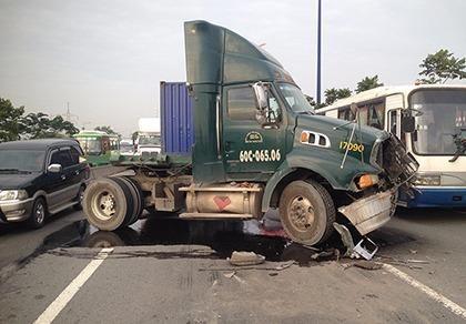 Tai nạn giao thông liên tiếp, xa lộ Hà Nội kẹt cứng