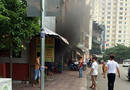 Xe máy để trong nhà tự phát cháy dữ dội