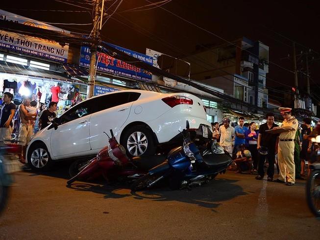 Ô tô đột ngột tăng tốc cuốn 6 xe máy vào gầm