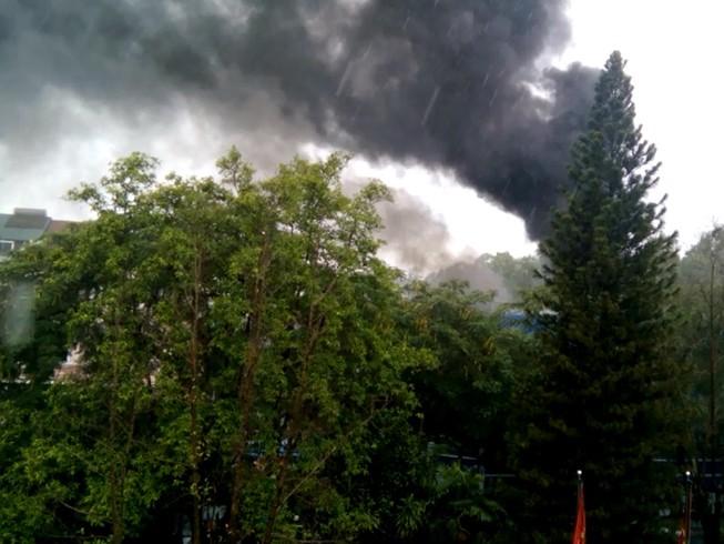 Trạm biến áp phát nổ, bốc cháy, học sinh di tản