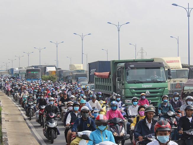 Xa lộ Hà Nội kẹt cứng vì va chạm liên hoàn