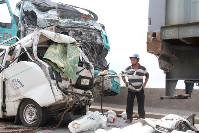 5 xe tông liên hoàn, 1 người chết, cầu Phú Mỹ kẹt cứng