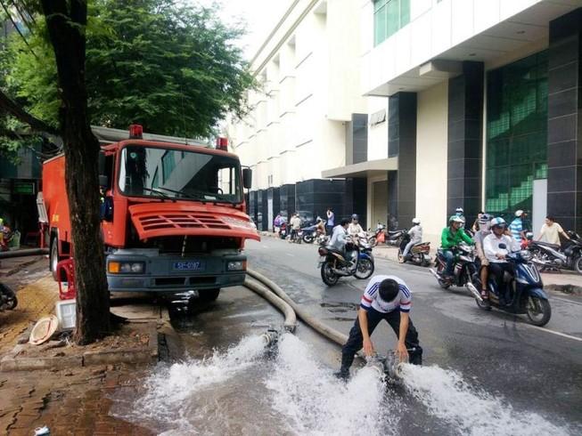 Cảnh sát PCCC TP.HCM chống ngập 44 điểm, cứu ngàn xe